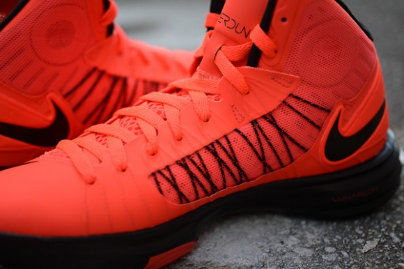 black-sole-nike-hyperdunk-plus-bright-crimson-basketball-shoes