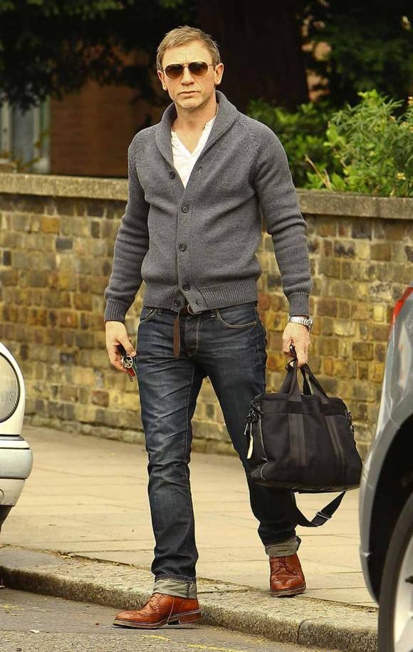 Daniel Craig's casual style; cardigan, cuffed jeans & aviators