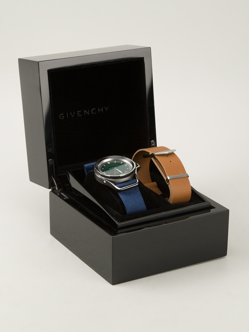 Seventeen Watch Givenchy 4