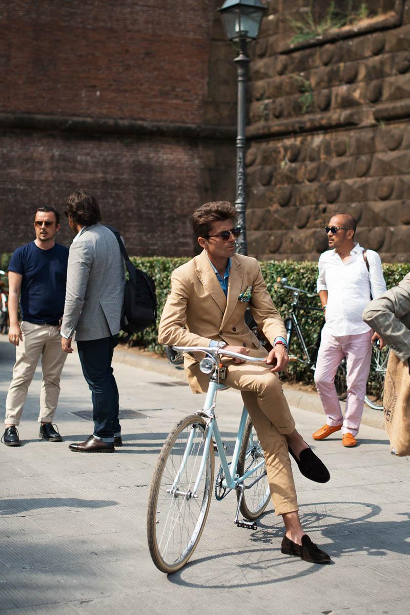 Florence Streetstyle, Cross-Legged Bike, beige suit